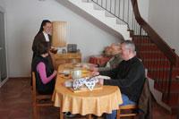 Service du repas des hôtes à Flavignerot