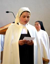 Une soeur donne son témoignage lors de sa profession