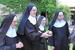 la communauté du Monastère La Paix Notre Dame en récréation