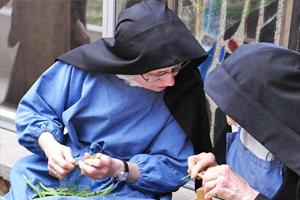 des sœurs au travail au Monastère La Paix Notre Dame