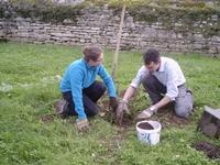 Retraite spirituelle pour les jeunes. Temps de travail dans le jardin